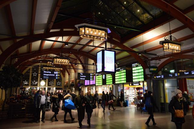 画像: イェーテボリ中央駅の駅舎内。木材を多用した造りや照明の色合いなど、温かみのある落ち着いた雰囲気を醸し出している。