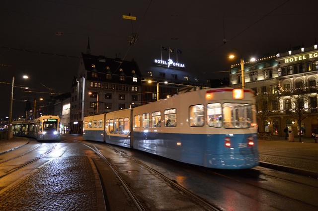 画像: 飛行機や鉄道、路線バスに加えて路面電車も市内を走っている。