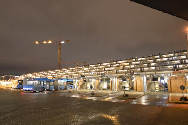 画像: 駅舎に併設されている路線バス乗り場。確認できなかったが、乗り場が30番まではありそうだ。しかもバスの全長が長い!