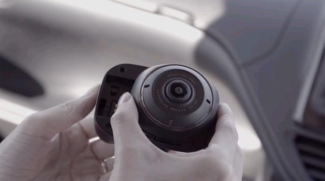画像: 車外で使う際はバッテリーパックを装着する。連続撮影時間は約50分。