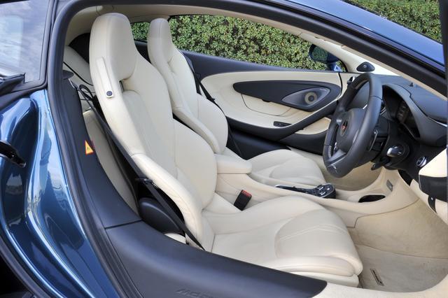 画像: サポートに優れたヘッドレスト一体型のスポーツシートは電動アジャストで、もちろんヒーターも内蔵。