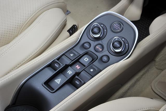 画像: 7速DCTのセレクターはスイッチ式だがステアリングにパドルも備える。上にエンジンスターターやドライブモードの切換スイッチ。