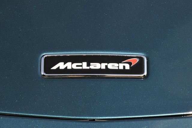 画像: フロントノーズのエンブレム。マクラーレンのロゴに付いた赤いマークは「スピードマーク」と呼ばれる。