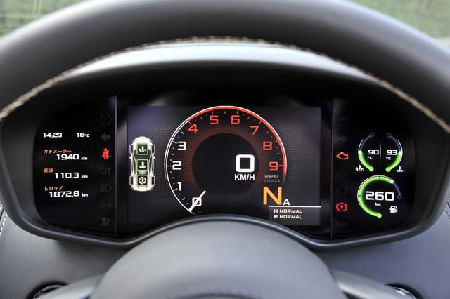画像: メーターはモニター表示。左側はインフォメーションディスプレイ、右側は水温/油温/燃料計。