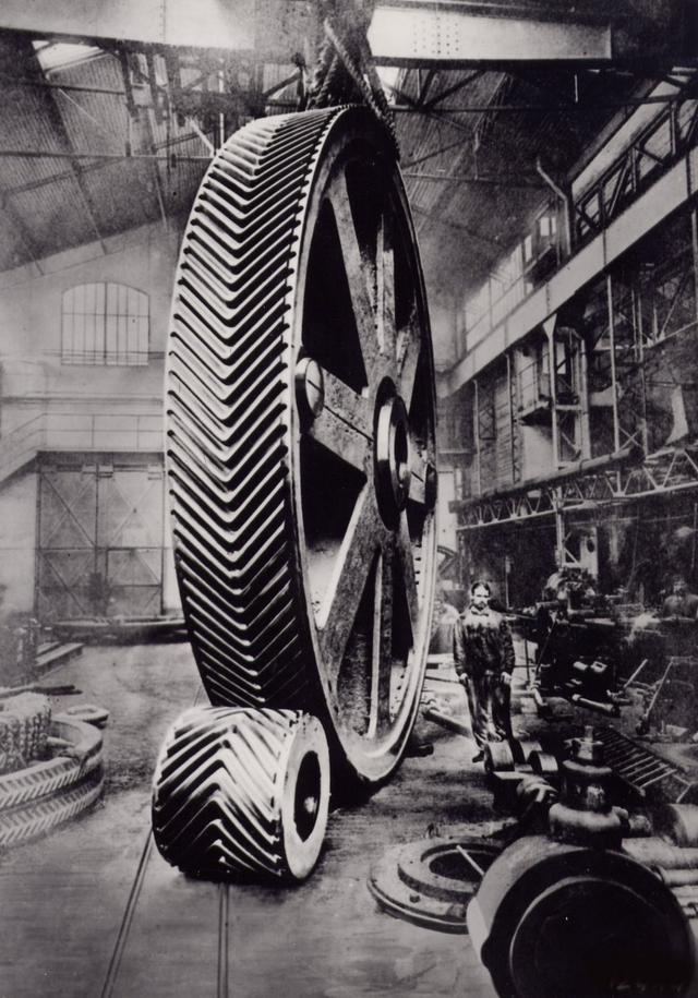 画像: 創業者アンドレ・シトロエンが第一次世界大戦中に製造していたのがこのやまば歯車。自動車メーカー、シトロエンのエンブレムはこの形に由来している。© Citroën Communication