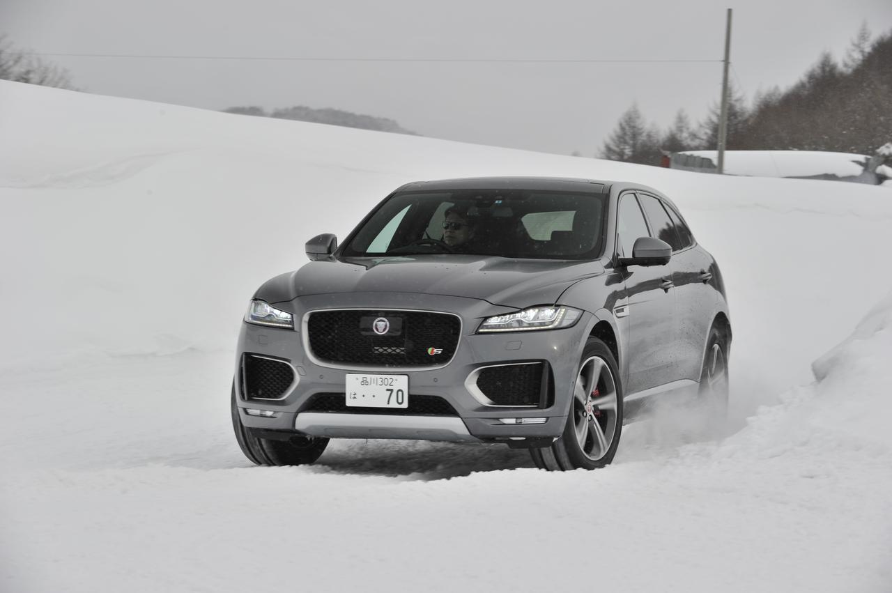 画像: 圧雪路を疾走するF-PACE。意図的にオーバースピードで挙動変化を試すことができるのは、テストコースならではのドライブだ。