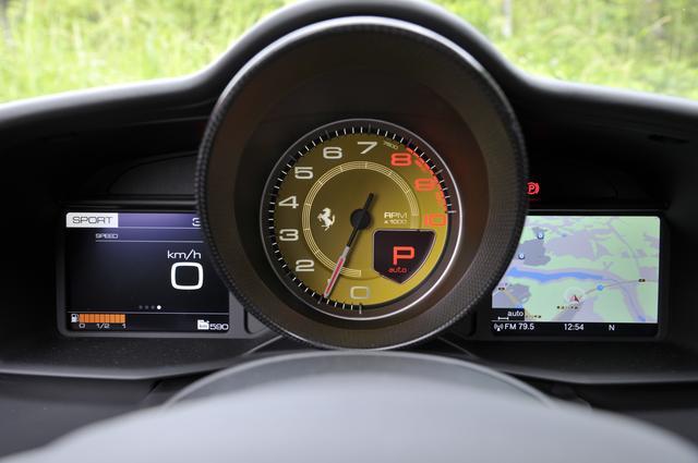 画像: 黄色いタコメーターはオプション。その左右に速度/水温/カーナビの地図/オーディオなどの情報を表示できる。
