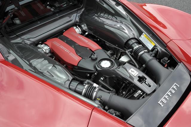 画像: 車名の488は1気筒あたりの排気量を意味する。V8ツインターボはアイドリングストップ機能も備え、EU総合燃費は8.8km/L。