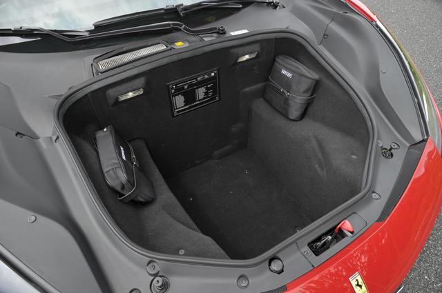 画像: フロントのトランク容量は230L。長尺物は積めないが、深さはけっこうある。