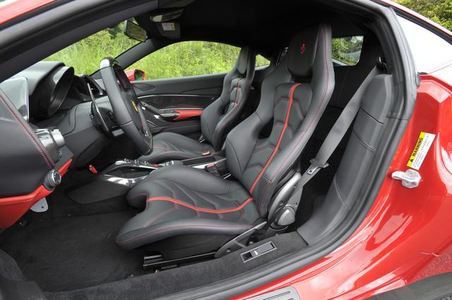 画像: ヘッドレスト一体型のスポーツシートはオプションで、スライド/リクラインのみマニュアル調整可能だ。