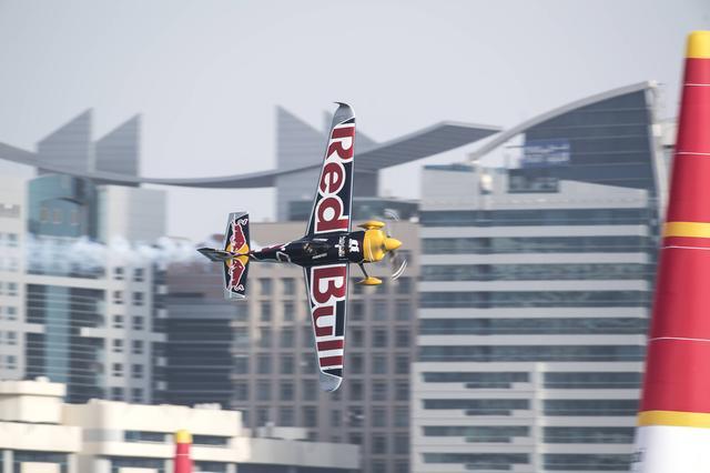 画像: 優勝したソンカ選手と愛機 Edge 540 V3。機体は、基本的には室屋選手と同じものだ。