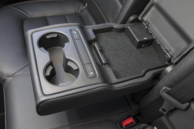 画像: 後席左右にシートヒーター、そしUSBも2つ用意される。これは便利だ。