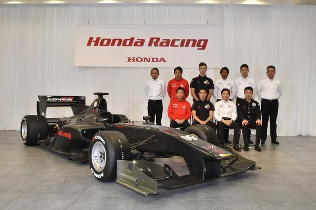 画像: 2017シーズンのスーパーフォーミュラ用マシンと参戦チームのメンバー。