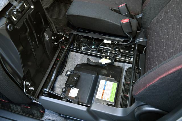 画像: リチウムイオンバッテリーは助手席座面下、バケツの下にある。