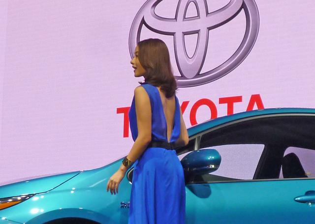 画像: 青いドレスは背中が大きく開いていて、思わずドキっ!