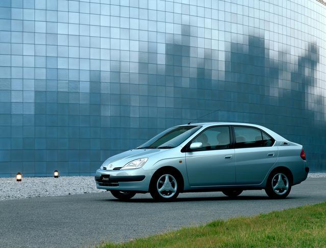 画像: ▲初代プリウスはハイブリッドシステムだけでなく、車内の広さなどパッケージングでも注目されました。