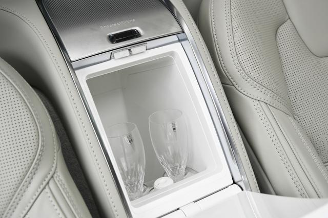 画像: スウェーデンを代表するクリスタルブランド「オレフォス社」によるハンドメイドのクリスタルグラス。ここは冷蔵機能も備えている。