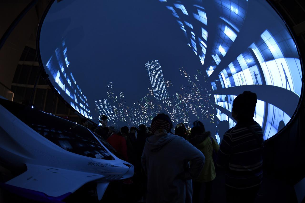画像: 360度映像を再生している様子。入場者は東京の空の旅を疑似体験できます。