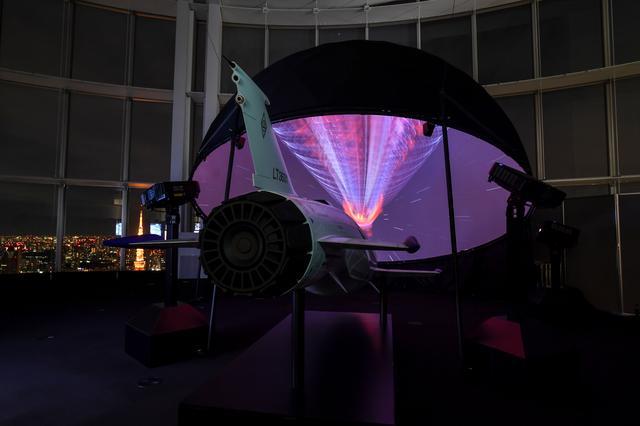 画像: 六本木ヒルズ森タワー52階東京シティビュー内に設置された SKYJET と360度映像の再生装置。