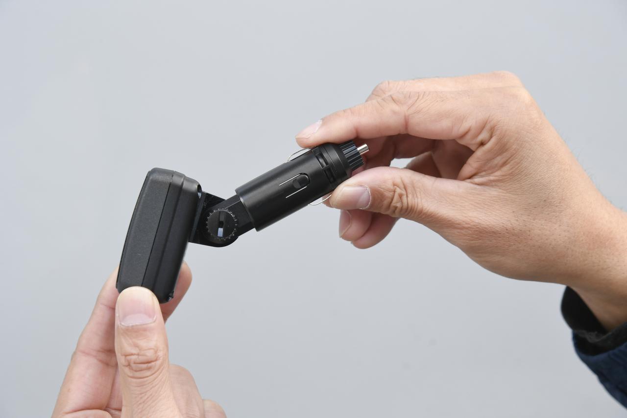 画像: シガーソケットの位置はクルマによって様々だが、180度くらいの角度調整幅があるのでほとんどのクルマに装着可能だ。
