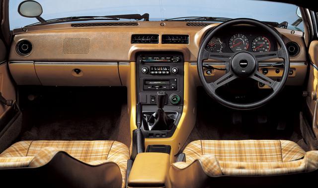 画像: ストレートアーム気味のドライビングポジションで気分はストリートレーサー。