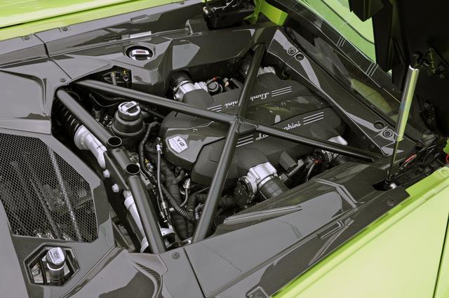 画像: 700ps/690Nmを発生する6.5LのV12DOHCを7速DCTと組み合わせ、フルタイムで4輪を駆動する。