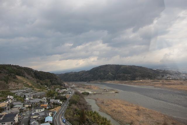 画像: 天気が良ければ、右側の小山の向こうに雄大な富士山が見えるのだが…。