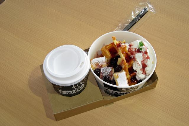 画像: ベリーベリーチーズケーキのワッフルとカフェオレのセットは、チケット付きで1600円。