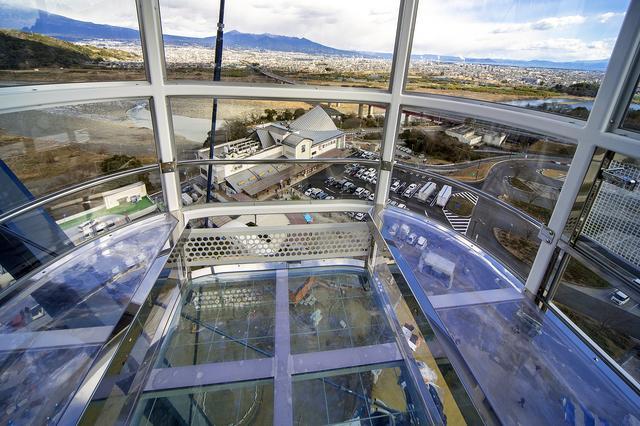 画像: 床も座席も透明なシースルーゴンドラの内部。