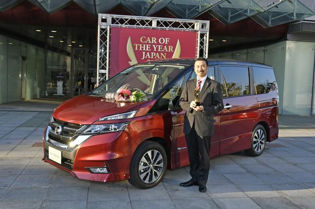 画像: イノベーション部門賞を受賞したニッサン「セレナ」と車両開発責任者の磯部博樹氏。