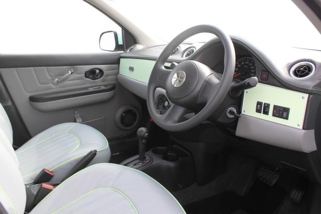 画像: ボディ同系色を採用した専用インパネ。