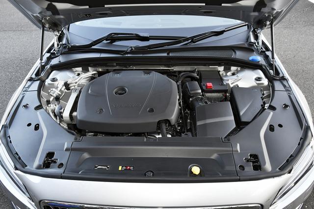 画像: 2Lツインチャージエンジンはカバーに覆われてほとんど見えない。