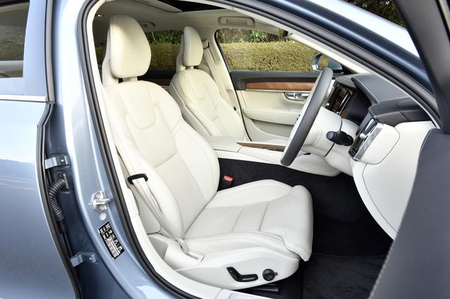 画像: 本革パワーシートはヒーター内蔵。電動ランバーサポートも備える。
