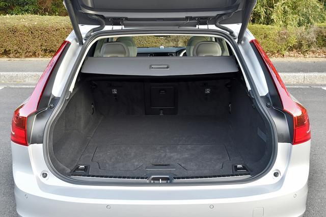 画像: V90は電動ラゲッジシートカバーや電動可倒リアシートバックを備える。
