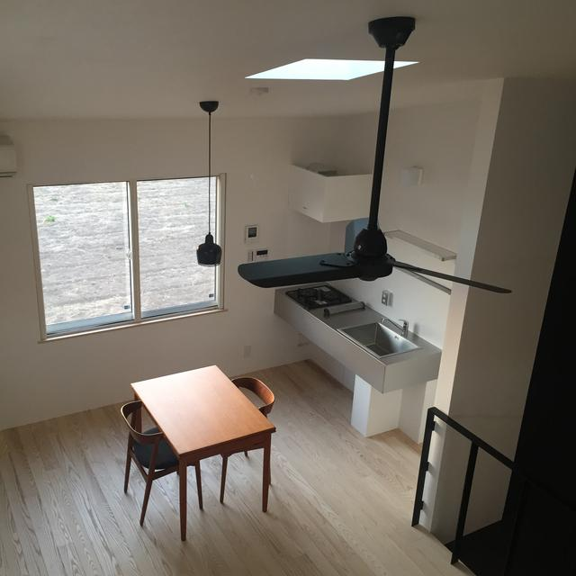 画像: 一人暮らしには丁度いい大きさのオシャレなキッチン。