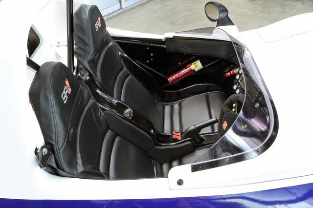 画像: タイトなコクピット。シートは左右一体で前後スライドのみ可能。ドアはない。