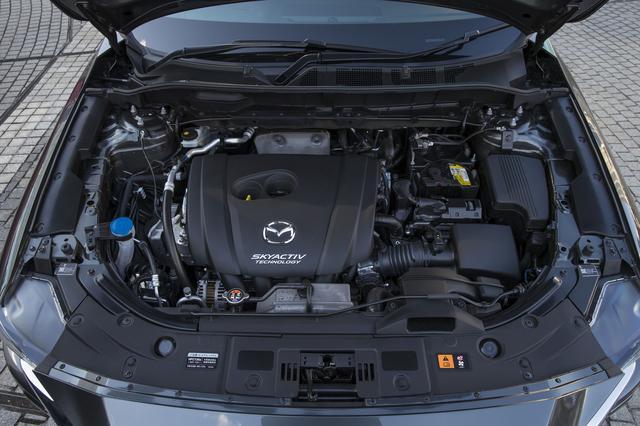 画像: 2.5L ガソリンエンジン。ディーゼルほどのトルク感はないが、自然な加速フィールはこちらが上。