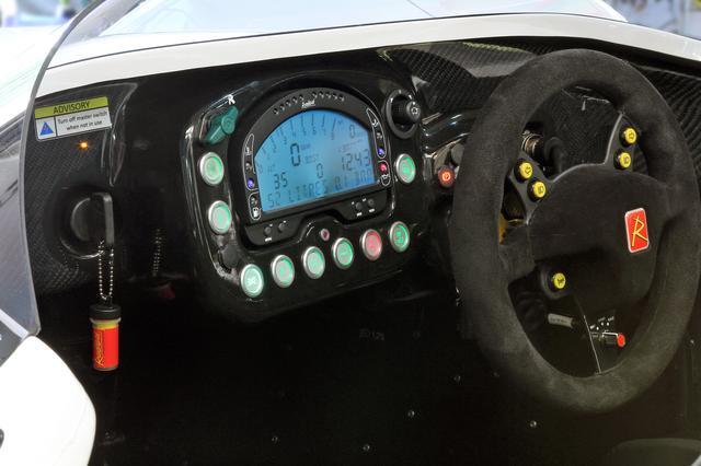 画像: 液晶メーターもレーシングカーのよう。ステアリングにウインカーやホーンのスイッチが備わる。