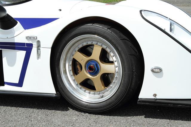 画像: 前後異サイズのアドバンA050タイヤとセンターロックのホイールはオプション。