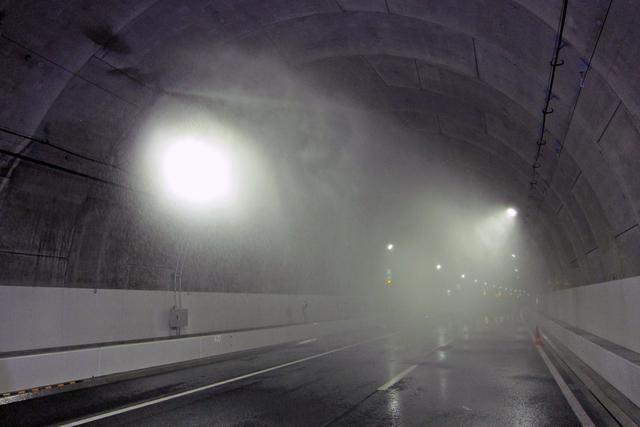 画像: 約50m間隔で設置された水噴霧設備。トンネルの壁面から霧状の水を散布し、火災の延焼や拡大を防ぐ。
