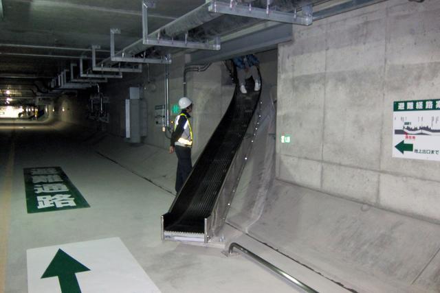 画像: すべり台の長さは約6m、高低差は約3m。避難通路にはサインがわかりやすく書かれている。