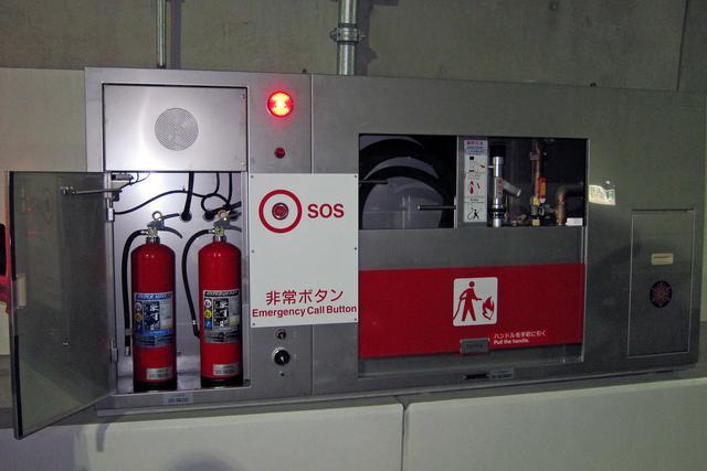 画像: トンネル壁面の消化器と泡消火栓。約50m間隔で設置されており、利用者が初期消火に使用できる。