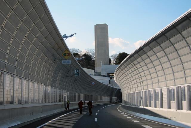 画像: 横浜北トンネルの子安側入り口上にある換気所の排気筒。同トンネルには同様の換気所が3カ所ある。