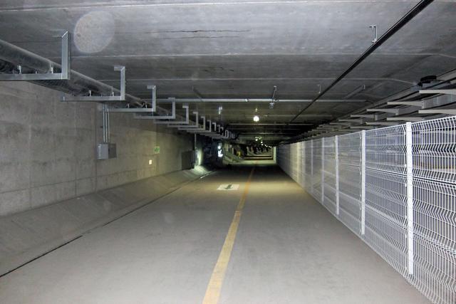 画像: 避難通路の内部。思ったより天井は低くないので、普通に立ったまま歩いて避難ができる。
