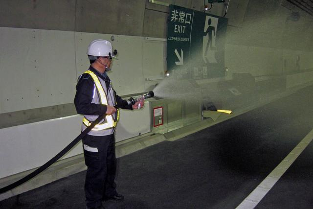 画像: 消火作業も体験できた。かなりの距離まで水は飛ぶが水圧もけっこうあるので、しっかり保持する。