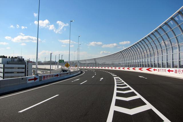 画像: 生麦ジャンクションの合流地点から新横浜方向の路面。騒音防止用フェンスは透明なポリカーボネイト製。