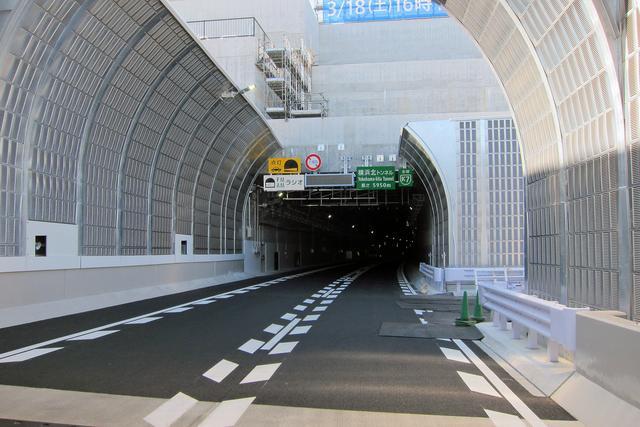 画像: 横浜北トンネルの子安側入り口。長さは5950mと記されていた。トンネル内ではラジオの聴取が可能。