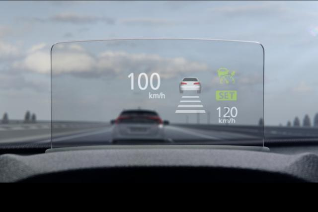 画像: ヘッドアップディスプレイも搭載して先進的なイメージの運転席を目指す。