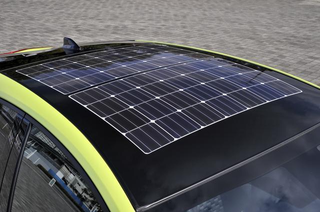 画像: 大型ソーラーパネルを車両のルーフに搭載(Sナビパッケージ、Sにオプション設定)。1日6.1km走れる最大充電量を持つ。