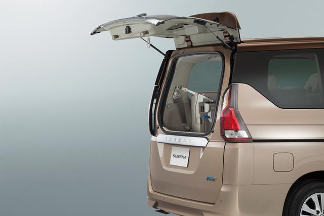 画像: デュアルバックドアは上半分だけを空けることができるので、狭い駐車場での荷物の出し入れも可能。